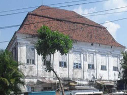 """di kota Surabaya sebagai """"ru*mah setan"""" atau """"spookhuis"""